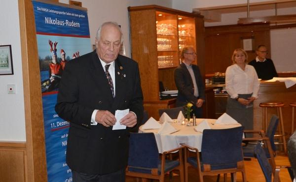 Gerd Henze begrüßt die Anwesenden und wünscht zunächst guten Appetit